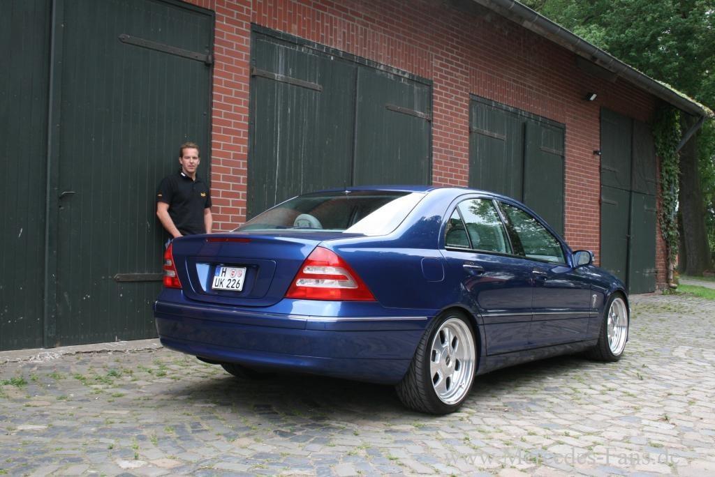 blau wow mercedes  zum hingucker veredelt ein  reift zur automobilen