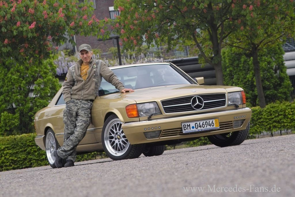 http://www.mercedes-fans.de/thumbs/gal/99/75/01/i_full/kultobjekt-bang-boom-bang-benz-ralf-richter-alias-kalle-grabowski-und-sein-goldener-mercedes-sec-sind-wieder-auf-der-piste-17599.jpg