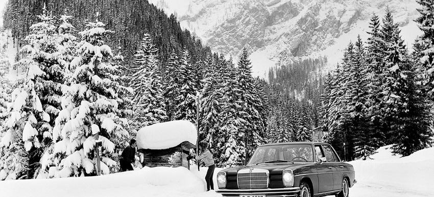 Mercedes Benz Im Schnee Wallpaper Zum Herunterladen