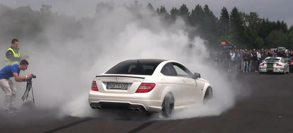 Mercedes Benz Unimog >> Burnout-Video: Mercedes C63 AMG Coupé lässt es qualmen ...
